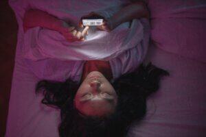 es malo dormir con el móvil en la mesilla