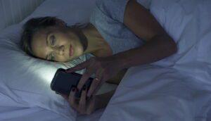 Es verdad que usar el móvil por la noche daña la vista